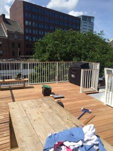 Bankirai dakterrasvloer met aluminium striphekwerk met toegang door middel van dakluik