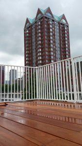 Striphekwerk met hardhouten vloer glad design gebouwd op zwevende staalconstructie in Rotterdam