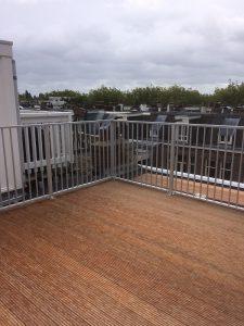 Aluminium spijl hekwerk CT030-1000 op een dakterras in Amsterdam Centrum.