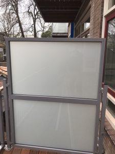 Privacyscherm met matglas in Amsterdam.