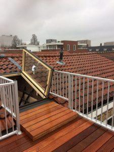 Dakterras bankirai met spijlhekwerk CT030-1000 dakluik met trap voor een werk in Amsterdam.