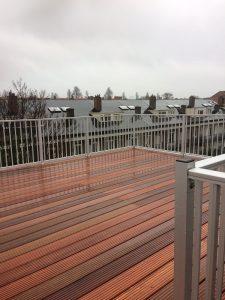 CT030-1000 spijlhekwerk gemonteerd op een bankirai dakterras in Amsterdam.